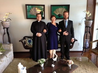 Antes da Ordenação, na casa de sua mãe, posam o futuro sacerdote, a anfitriã e o Prof. Bruno de Cerqueira.