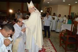 Imposição das mãos sobre os futuros sacerdotes.