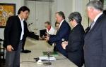 O empresário Wilson Loureiro entrega a D. Antonio João uma placa alusiva a sua visita ao Ceará.