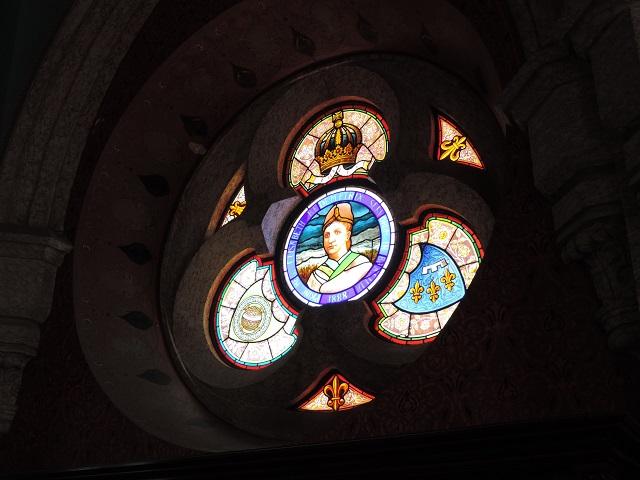 Na Ilha Fiscal, Rio de Janeiro, o vitral em tríptico que homenageava Dona Isabel em suas bodas de prata e apontava o III Reinado.