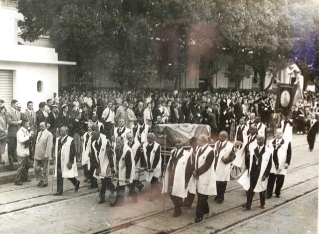 Os esquifes de D. Isabel e D. Gastão (Conde d´Eu) são escoltados pela Irmandade de Nossa Senhora do Rosário e São Benedito dos Homens Pretos do Rio de Janeiro em agosto de 1953, no Centro do Rio. Acervo Digital do IDII.