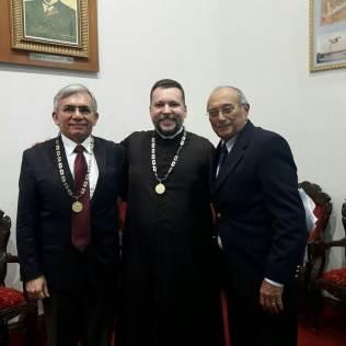 O empossado entre os Drs. Natalino Salgado (esq.) e Benedito Buzar.